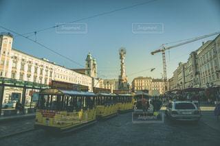 建物の側に止まっているバスの写真・画像素材[969162]