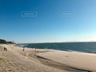 砂浜の上に立つ人々のグループの写真・画像素材[2278163]
