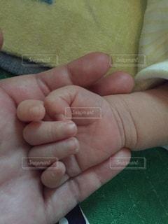 小さな赤ちゃんの手の写真・画像素材[1086109]