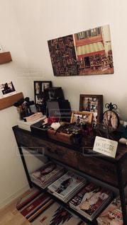 家具やテーブルの本でいっぱいの部屋の写真・画像素材[1635914]