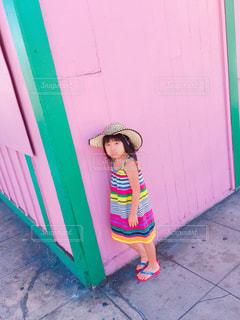 ドアの前で立っている女の子の写真・画像素材[810361]