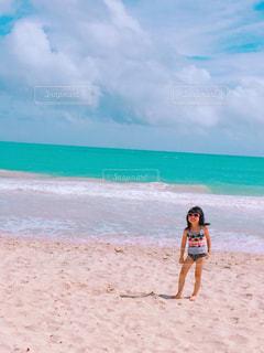 ビーチに立っている人の写真・画像素材[847540]