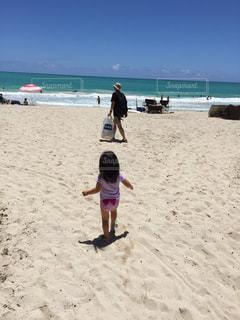砂浜の上に立っている人の写真・画像素材[1290989]
