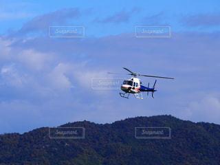 空気で高く飛ぶヘリコプターの写真・画像素材[873545]
