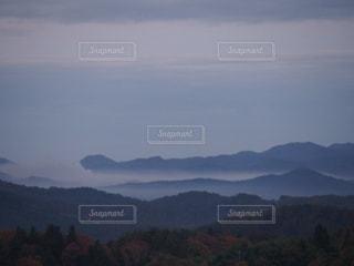 背景の大きな山の写真・画像素材[954432]
