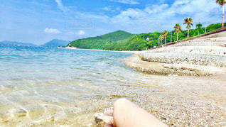 水の体の横にある砂浜のビーチの写真・画像素材[1407510]