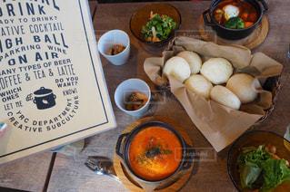 テーブルの上に食べ物のボウルの写真・画像素材[765541]