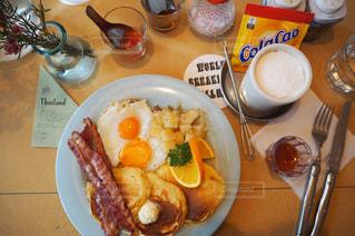 テーブルの上に食べ物のプレートの写真・画像素材[1060001]