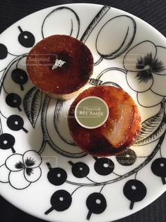 お気に入りのお皿に美味しいスイーツの写真・画像素材[1857622]