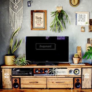 テーブルに座っているテレビの写真・画像素材[849212]