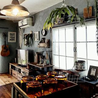 レストラン内のテーブル付きのキッチンの写真・画像素材[849215]