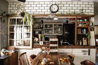 ダイニング テーブル付きのキッチンの写真・画像素材[849216]
