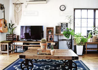 リビング ルームの家具とテーブルの上に花瓶でいっぱいの写真・画像素材[850049]