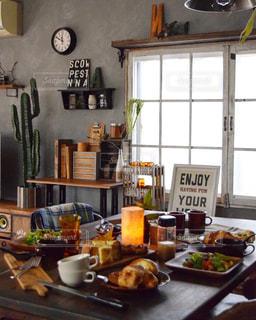 テーブルの上に食べ物の多いキッチンの写真・画像素材[870381]