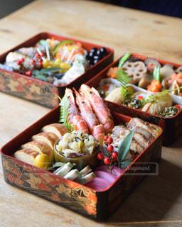 木製のテーブルの上に異なる種類の食べ物で満たされた箱の写真・画像素材[2912952]