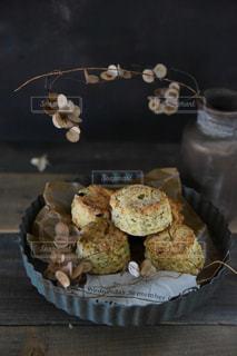 木製のテーブルの上にスコーンの写真・画像素材[3143182]