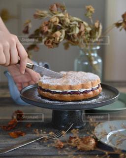 ケーキを切る女性の写真・画像素材[3143180]