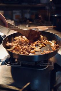 ストーブの上の鍋で食べ物を作る人の写真・画像素材[3154742]