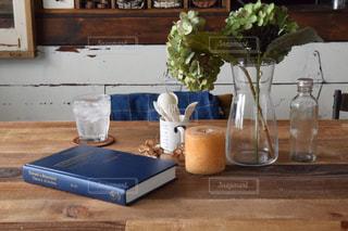 木製のテーブルの上に座っている花瓶の写真・画像素材[3154743]