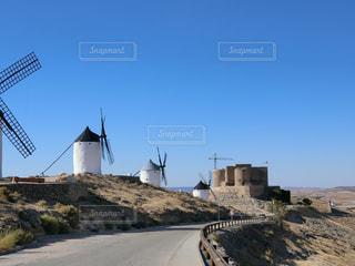 スペイン郊外の風車とお城の写真・画像素材[771717]