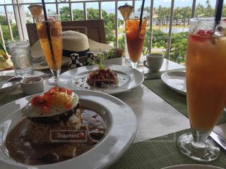 食品とオレンジ ジュースのガラスのプレートの写真・画像素材[1694204]