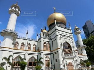 スルタン・オマール・アリ・アイフディン・モスクを背景にした教会のクローズアップの写真・画像素材[2732595]