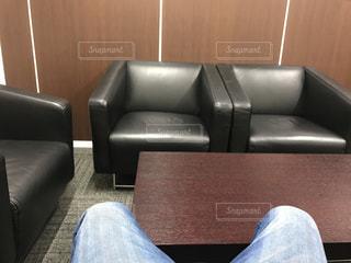 革張りの椅子に座る人 - No.733431