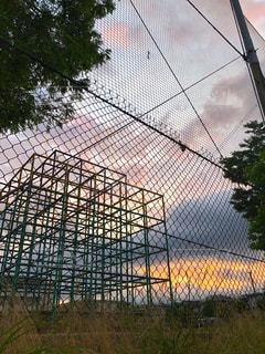 近くのワイヤー フェンスの写真・画像素材[1256866]