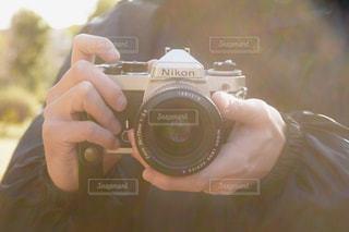 カメラを持っている手の写真・画像素材[995963]