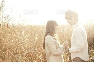 男と女の草の中に立っています。の写真・画像素材[47]