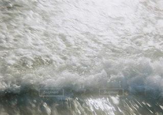 水のサーフボードで波に乗って人の写真・画像素材[105]