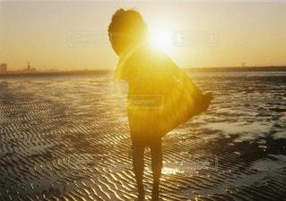 水の体に沈む夕日の写真・画像素材[107]