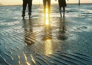 水の体の近くのビーチの人々 のグループの写真・画像素材[108]