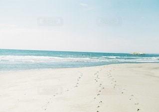 海の横にある砂浜のビーチ - No.1046