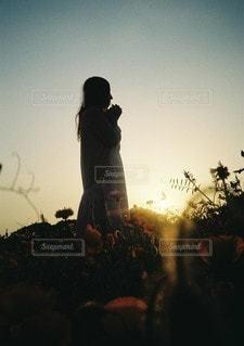 日没の前に立っている人の写真・画像素材[1089]
