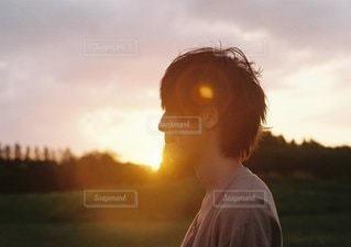 日没の前に立っている男の写真・画像素材[1106]