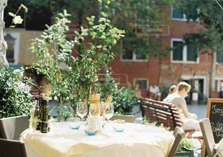ケーキでテーブルに座っている人の写真・画像素材[1109]
