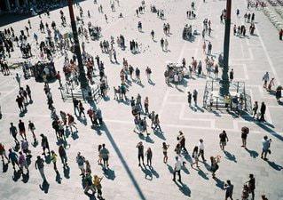 雪の中歩く人々 の群衆 - No.1122