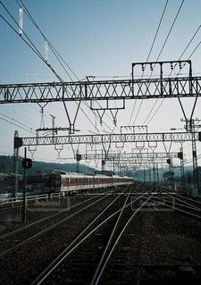 鋼のトラックに大きな長い列車の写真・画像素材[1126]