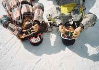 道路の側を下るスノーボードに乗る男 - No.1128