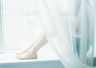 ウィンドウの横に座っている白い浴槽の写真・画像素材[1172]