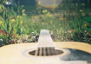 近くにギターのアップの写真・画像素材[1178]