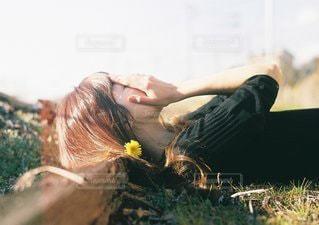 草の上に座っている男の写真・画像素材[1179]