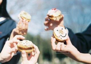 いくつかの料理を食べている人の写真・画像素材[1204]
