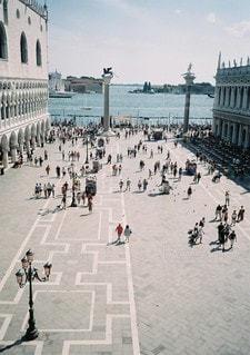 通りを歩く人々 のグループの写真・画像素材[1206]