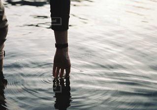 水の中に立っている男の人の写真・画像素材[1207]