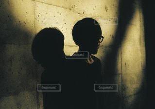 暗闇の中で立っている人の写真・画像素材[1209]