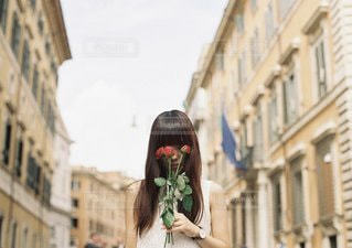 携帯電話で話している街を歩く女性 - No.1215