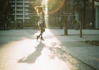 歩道をスケート ボードに乗って男の写真・画像素材[1222]