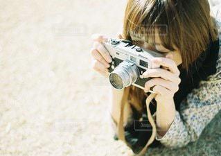 携帯電話を保持している女性の写真・画像素材[1272]